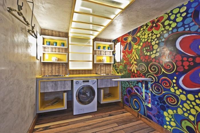 comment aménager une buanderie en couleurs vives avec décoration sur pan de murs multicolore et meubles jaune et blanc
