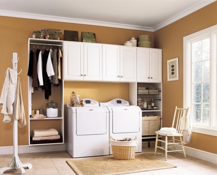 décoration d'intérieur aux murs marron et plafond blanc combinés avec carrelage de sol beige, modèle de meubles et rangements fonctionnels