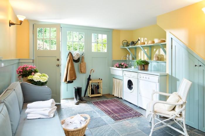 pièce aux murs jaunes et vert avec meubles de style vintage, déco de buanderie en couleurs vives avec étagères