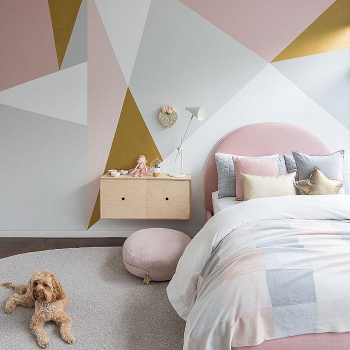 idée comment décorer les murs aux motifs géométriques de couleur rose poudré gris et blanc, déco chambre fille en rose et blanc
