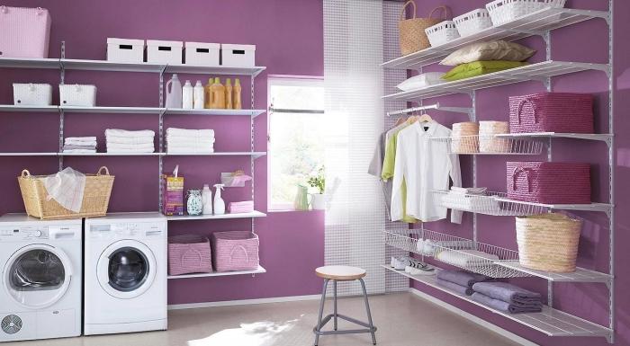 amenagement cellier en couleurs vives avec peinture murale de nuance violet et carrelage de sol beige, rangements et étagères blancs
