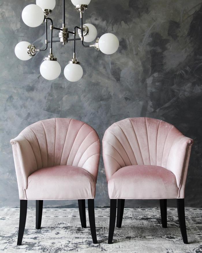 déco chambre rose et gris avec peinture murale à design béton gris avec tapis blanc et gris, modèle de fauteuil en rose pastel
