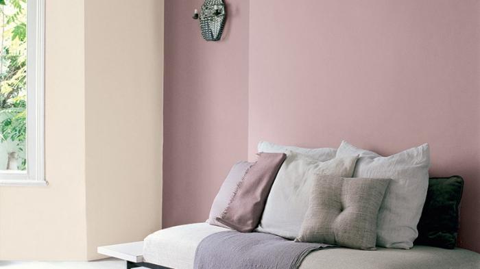 exemple de chambre rose pale avec pan de mur jaune pastel et grande fenêtre, aménagement banc de repos en bois avec coussins décoratifs