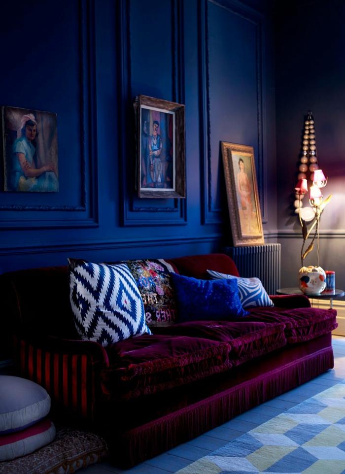 déco de salle de séjour style bohémienne, couleur peinture salon bleue, tableaux avec peintures