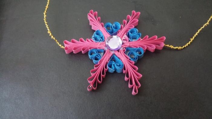 quilling modele flocon de neige rose et bleu, chaîne dorée, bijoux fait main