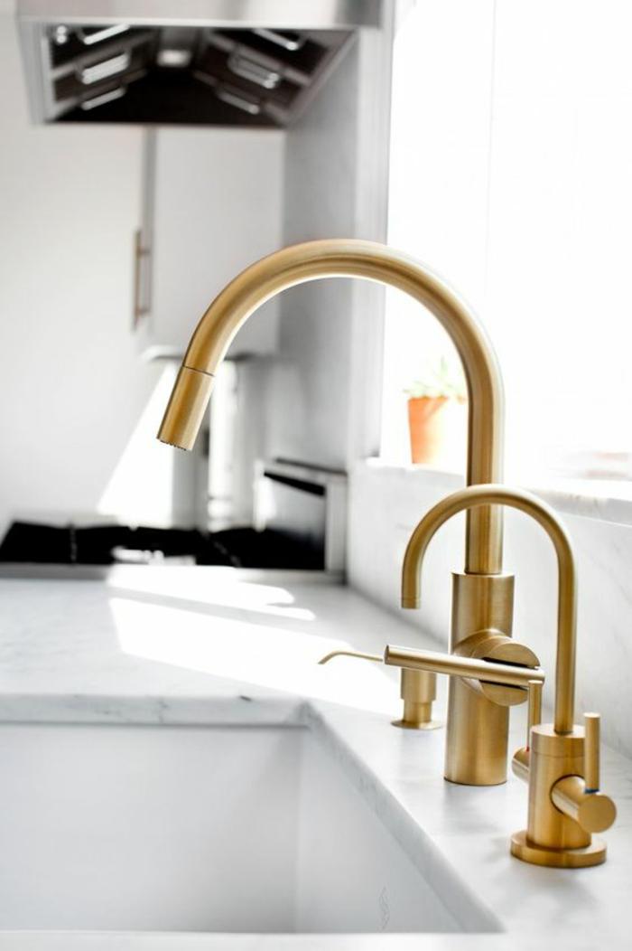 cuisine laquée blanche, éviers en couleur jaune au design incliné, plan de travail imitation marbre blanc, lavabo profond