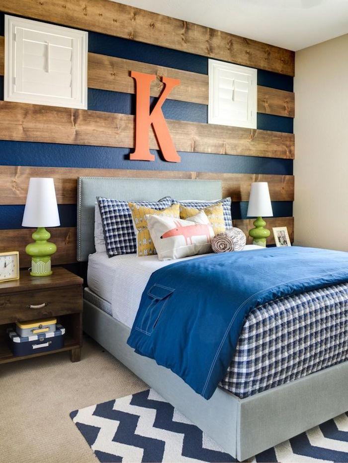 chambre parentale cosy avec déco enfantine, mur en bois et peinture bleu nuit, modele de lit surelevé