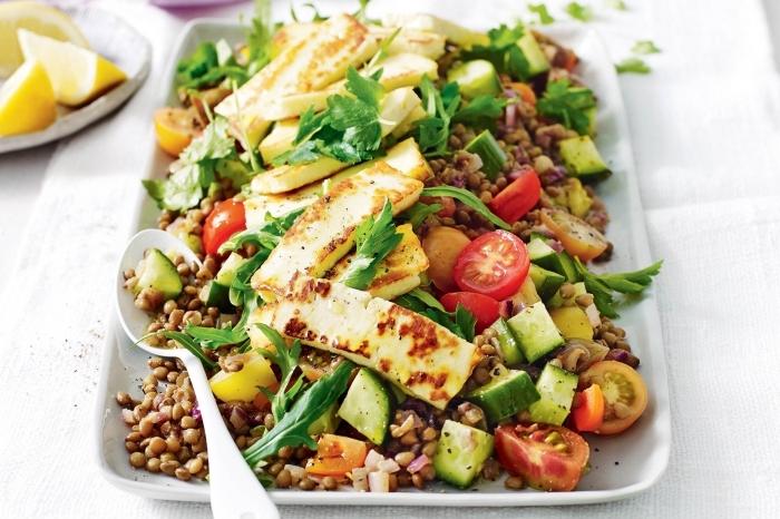 idee repas soir entre amis avec une salade de quinoa au fromage et tomates cerises avec rucola et jus de citron