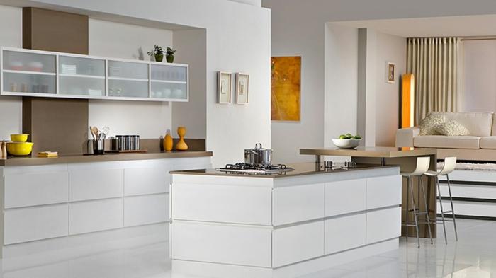 cuisine blanche avec des accents jaunes, rangement mural, îlot et bar