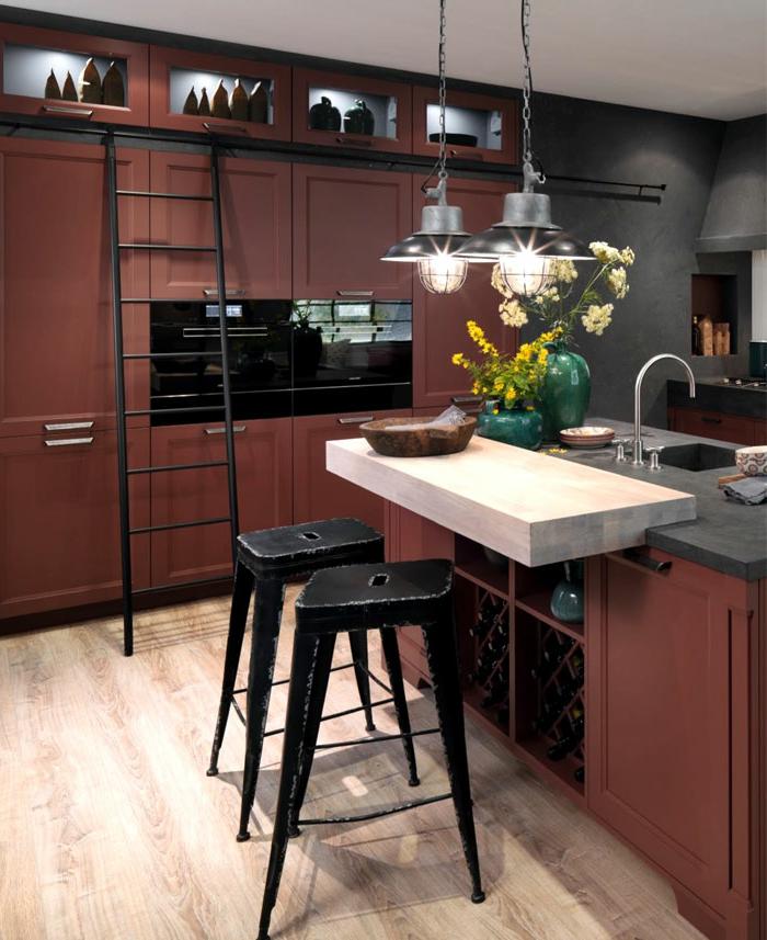 cuisine couleur burgundy, lampes industrielles, mur gris anthracite, tabourets indistriels