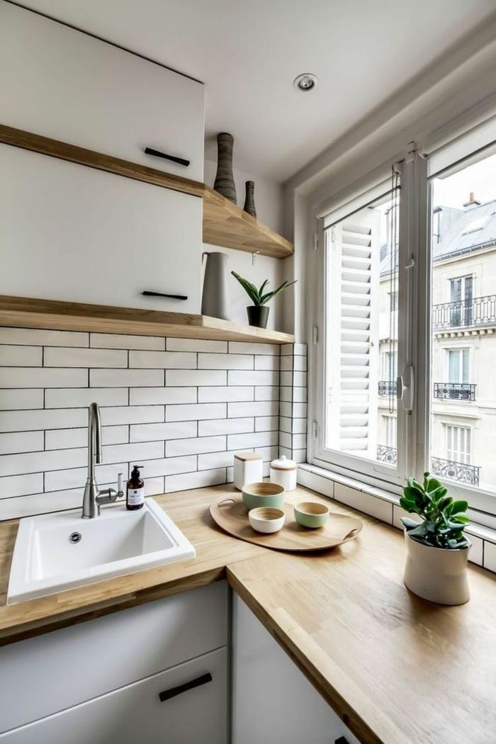 cuisine equipée ikea, amenagement cuisine, surfaces imitation bois clair, meubles blancs avec des poignées rectangulaires en noir, angle détails