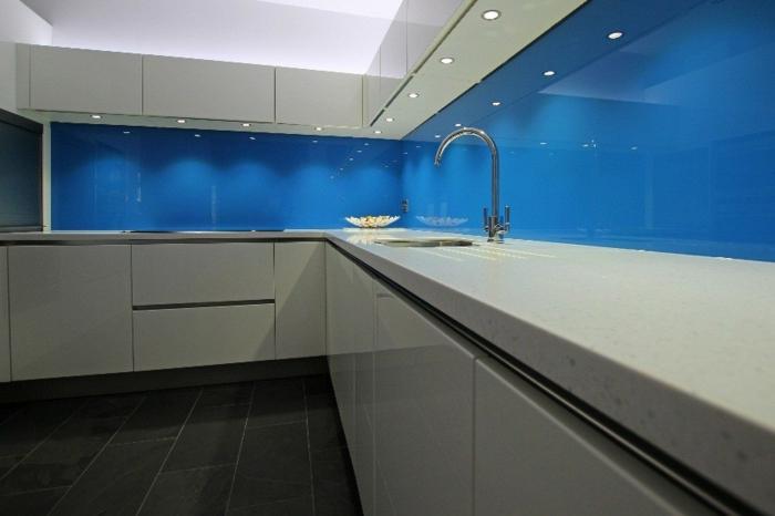 en bleu turquoise et blanc, cuisine laquée blanche, amenagement cuisine, carrelage gris foncé, meuble angulaire en blanc