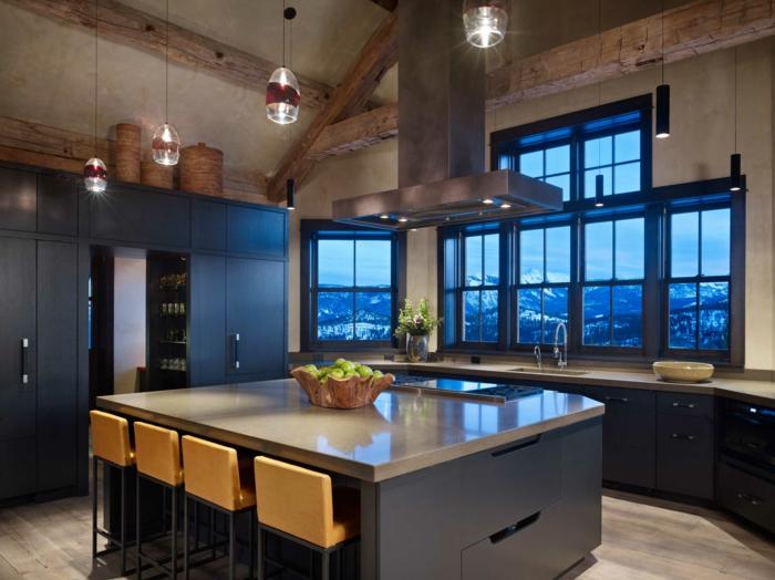 cuisine avec une vue superbe, chaises jaunes autour de l'îlot, grandes armoires de cuisine