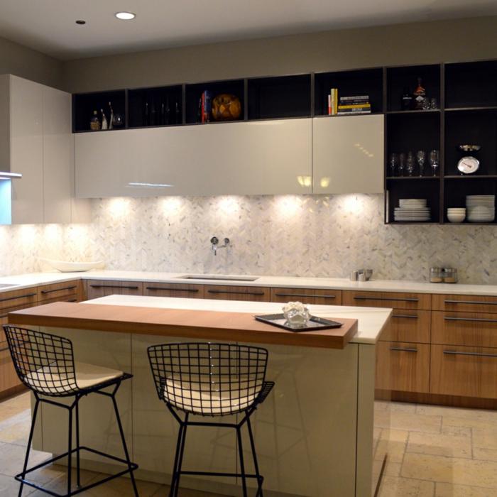 cabinets en bois, chaises tendance, îlot de cuisine en bois et blanc, mur de rangement