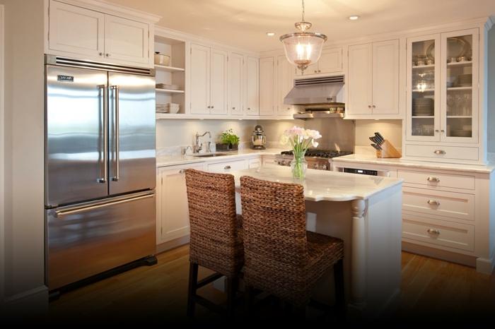 chaises tressées, îlot de cuisine blanc, cabinets blancs, meubles de rangement originaux
