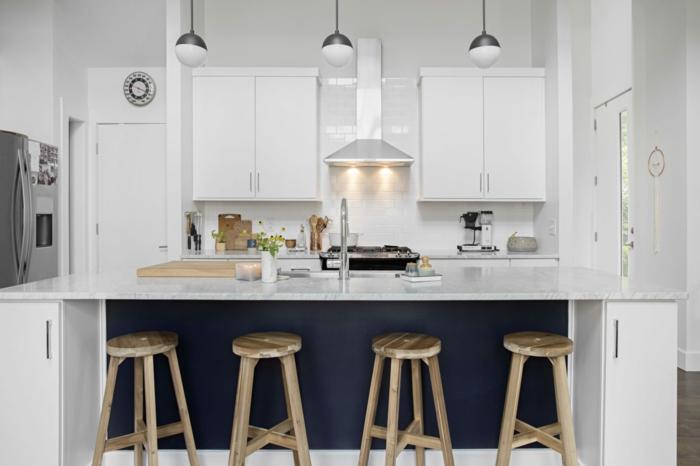cuisine équipée pas cher, cuisine en blanc et bleu, lampes suspendues, tabourets en bois