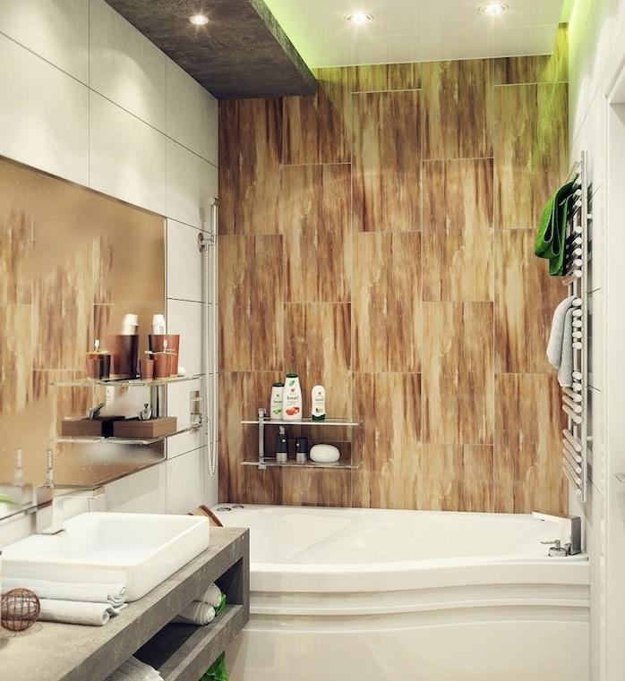 modele d aménagement petite salle de bain 2m2 avec un mur en bois, baignoire à encastrer, meuble sous vasque béton et grand miroir