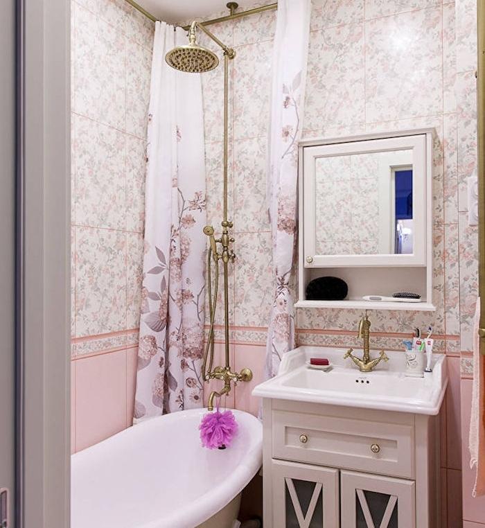 agencement salle de bain shabby chic avec carrelage à imprimé floral et rose, baignoire à poser, douche dorée, meuble haut avec miroir, meuble sous vasque blanc
