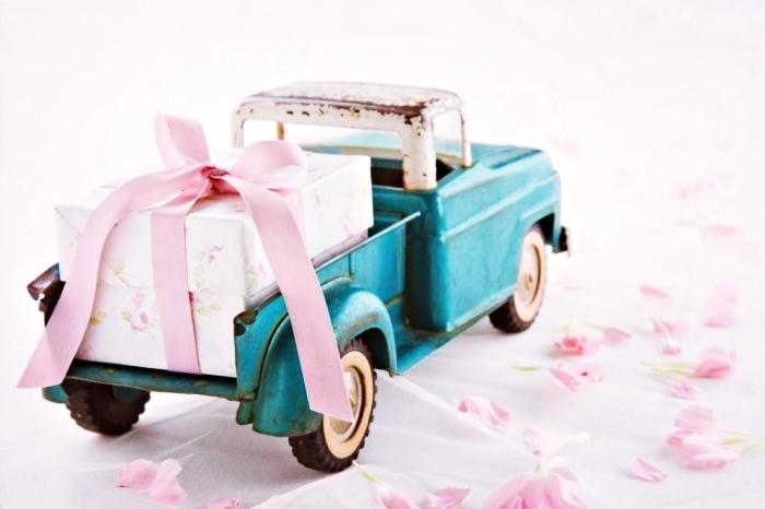 exemple de souvenir original pour remerciement mariage avec petit camion et boîte cadeau en rose et beige