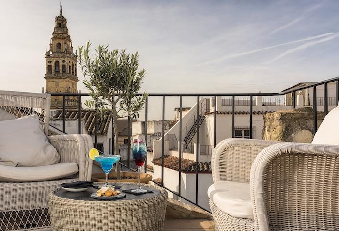 Terrasse espagnole sous le soleil de cordoba, photo vue sur clocher espagne, jardinière pour olivier
