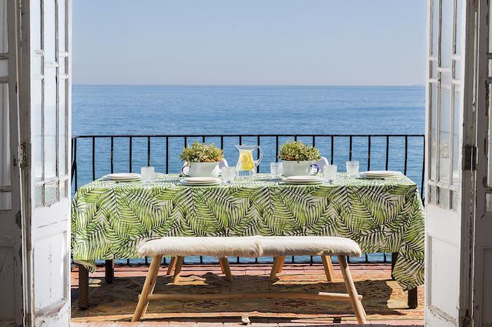terrasse avec vue mer, maison avec table à manger sur le balcon et vue sur l'ocean