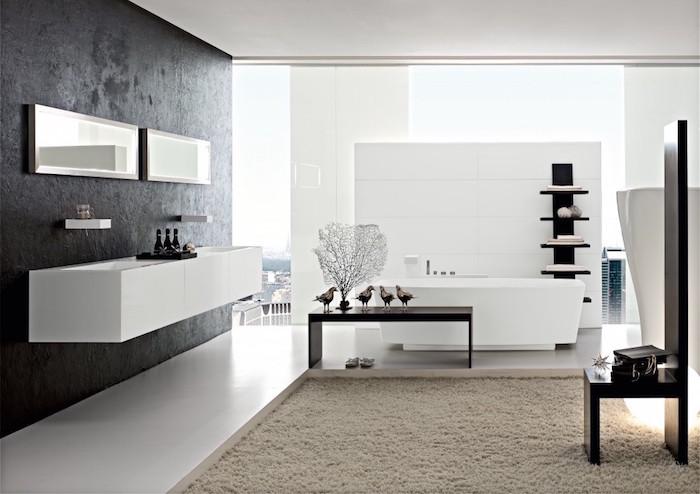 salle de bain blanche et grise design, grand tapis de bain beige pour salle de bain, mur gris anthracite pour sdb