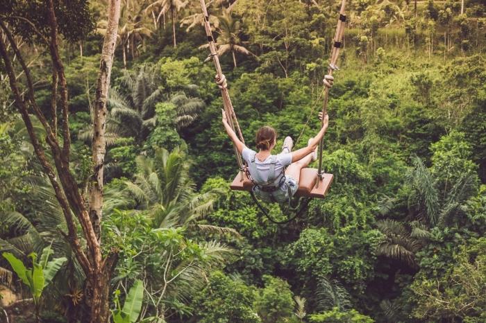 fond d écran zen, photo de loisir amusant avec balançoire aux dessus des arbres en Bali, photo de la nature