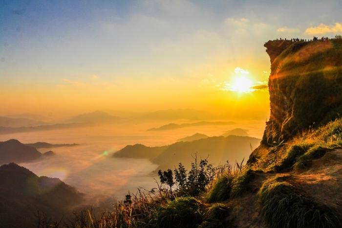 paysage spectaculaire au lever du soleil au dessus des montagnes et collines vertes pour un fond d'écran ordinateur naturel