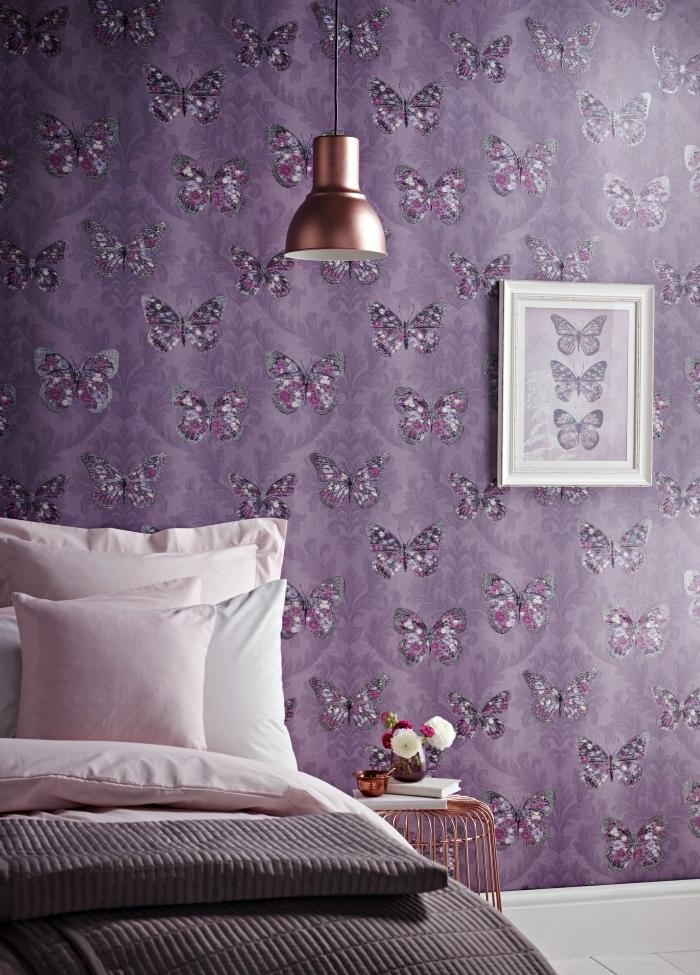 chambre à coucher romantique avec papier peint deco violette à design papillons, intérieur moderne en ultra violet et cuivre