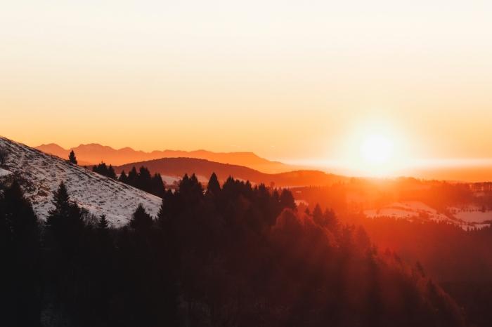 fond d écran hd avec photo de coucher de soleil au-dessus des montagnes lointaines, colline de montagne enneigée
