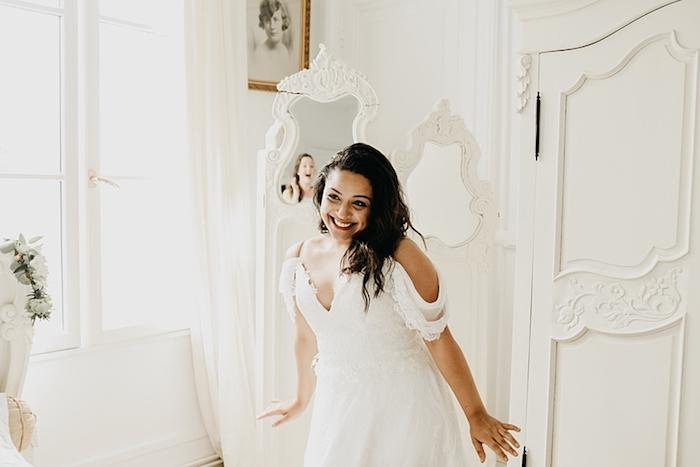Magnifique photo de la mariée souriante emotion romance robe de mariée dos dentelle robe de mariée champetre chic