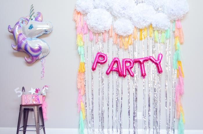 réalisez un photobooth féerique en rideau de franges métallisées et pastel pour animer un anniversaire licorne