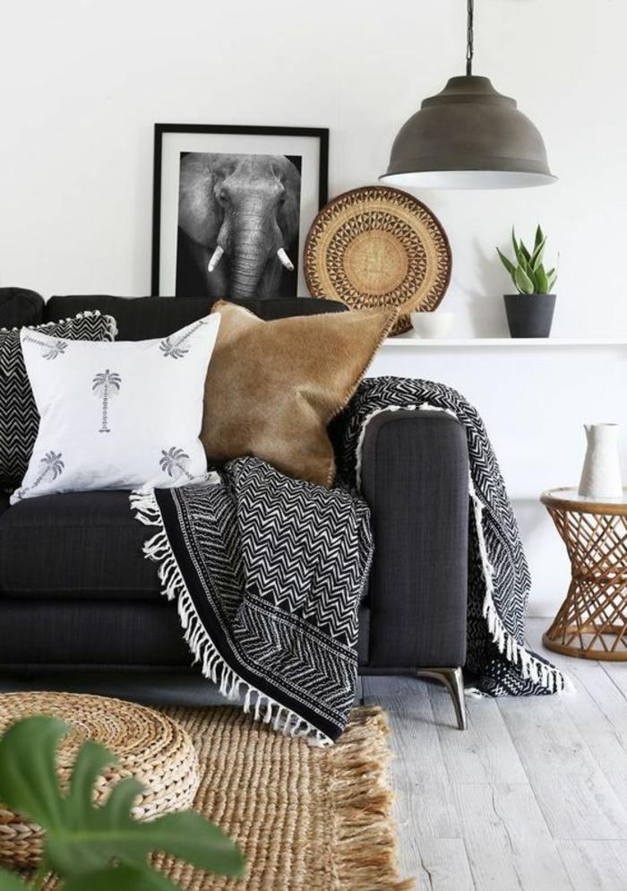 amenagement salon en style minimaliste, luminaire en métal gris, parquet en blanc, coussins carrés moelleux, tapis tressé