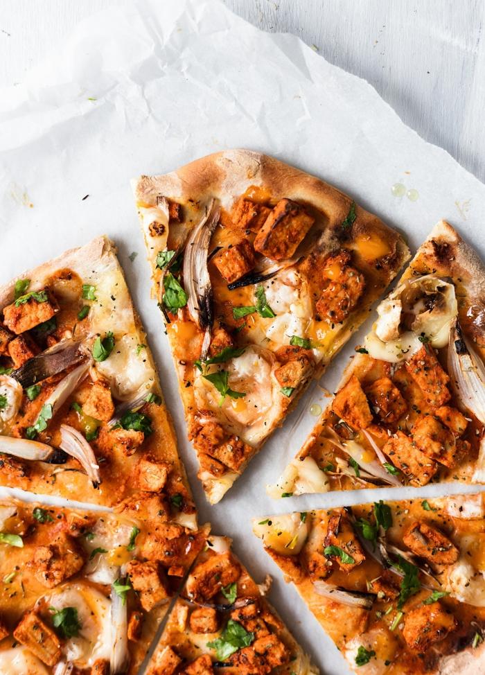 repas minceur,pizza aux champignons avec des olives, parsemée de persil, menu fitness, soirée entre copains, pour une ambiance onviviale