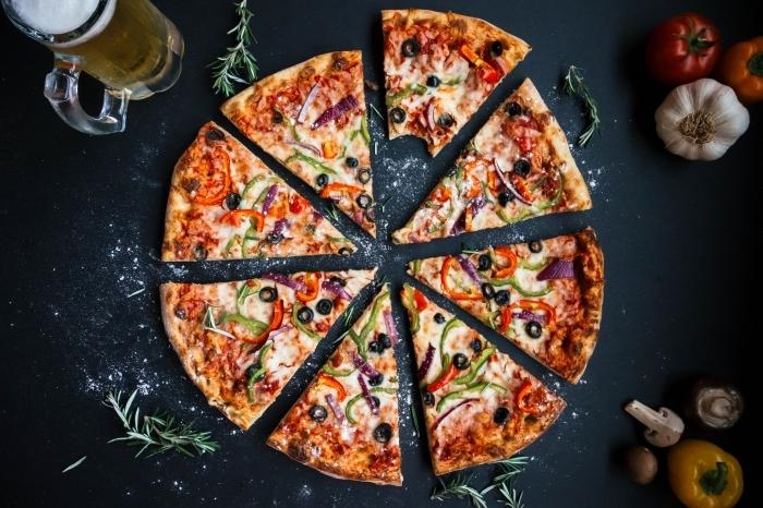 recette facile pour faire une pizza classique à pâte fine avec jambon et poivrons, pizza classique pour repas entre amis facile