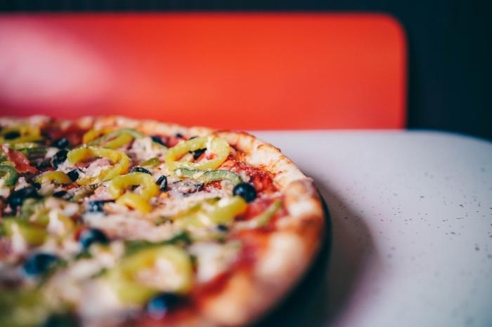 quoi manger ce soir vite fait, recette de pizza facile à la sauce tomate avec morceaux de poivrons verts et olives noirs