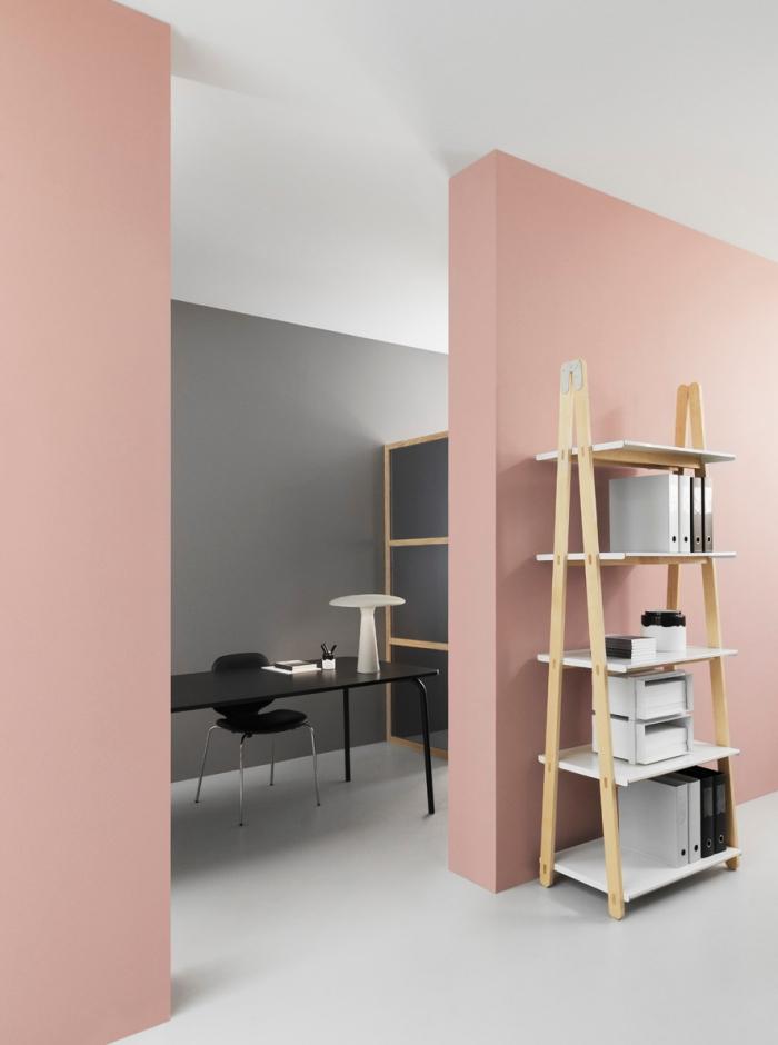 idée comment peindre les murs, combiner le gris avec le rose et le blanc pour une déco stylé, étagère de bois en forme d'échelle