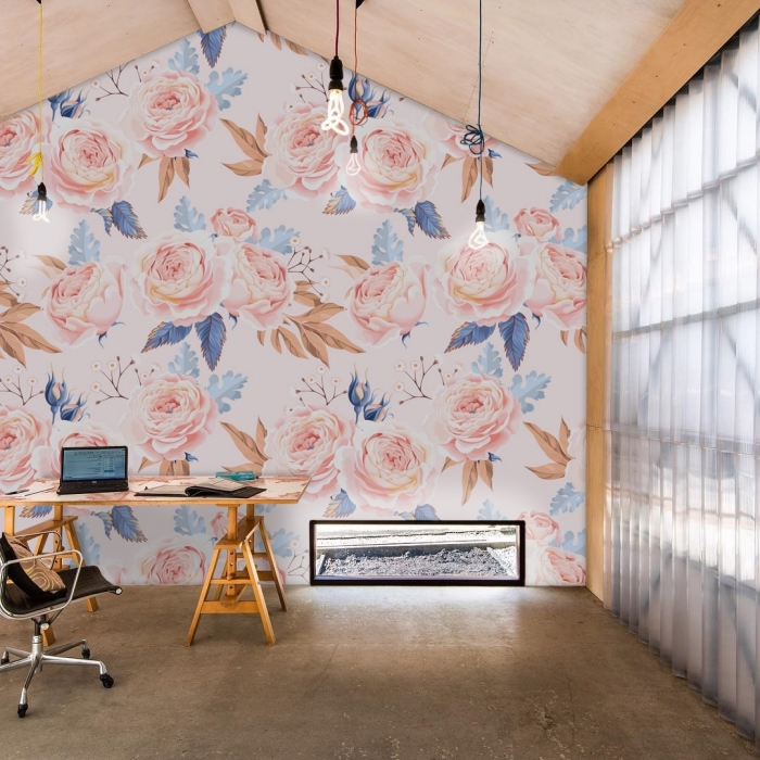 aménagement sous pente avec revêtement de plafond en bois clair et papier peint fleuri de couleur beige et rose pastel