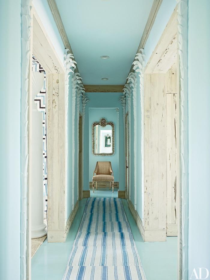 association de nuances claires pour idée peinture couloir et entrée en turquoise et beige, aménagement de couloir long et étroit