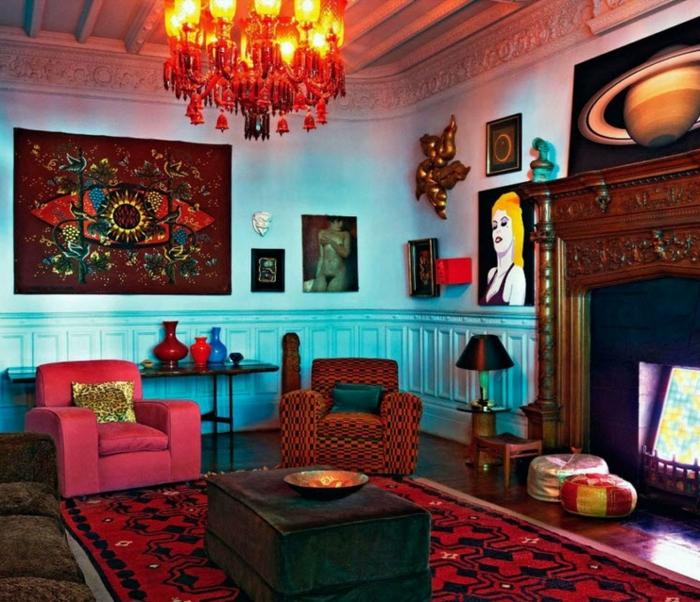 murs bleus, tapis rouge, table carrée, grand plafonnier, peintures murales originales, fauteuils cosy