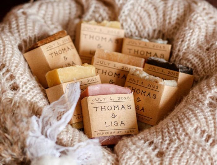 modèle de savon aromatique avec étiquette personnalisée en papier recyclé, étiquette avec les prénoms et la date de mariage