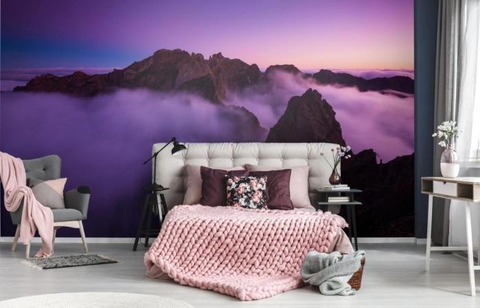 aménagement de chambre à coucher avec meubles blanc et gris, déco murale avec papier peint moderne de couleur ultra violet