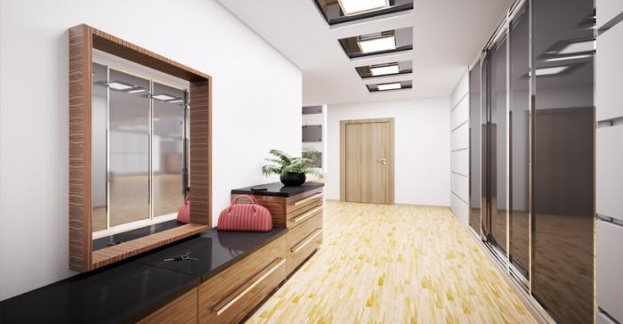 aménagement de couloir en style moderne avec parquet de bois clair et meubles de bois et noir, déco en blanc et bois couloir