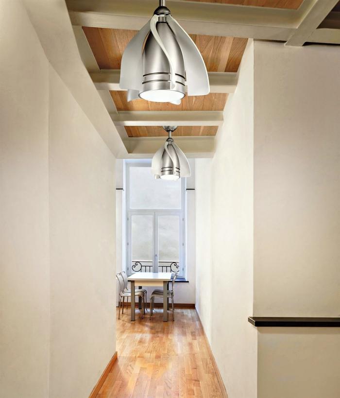 comment decorer un couloir aux murs blancs et plafond en bois avec poutres, modèle de luminaire à design métallique argenté
