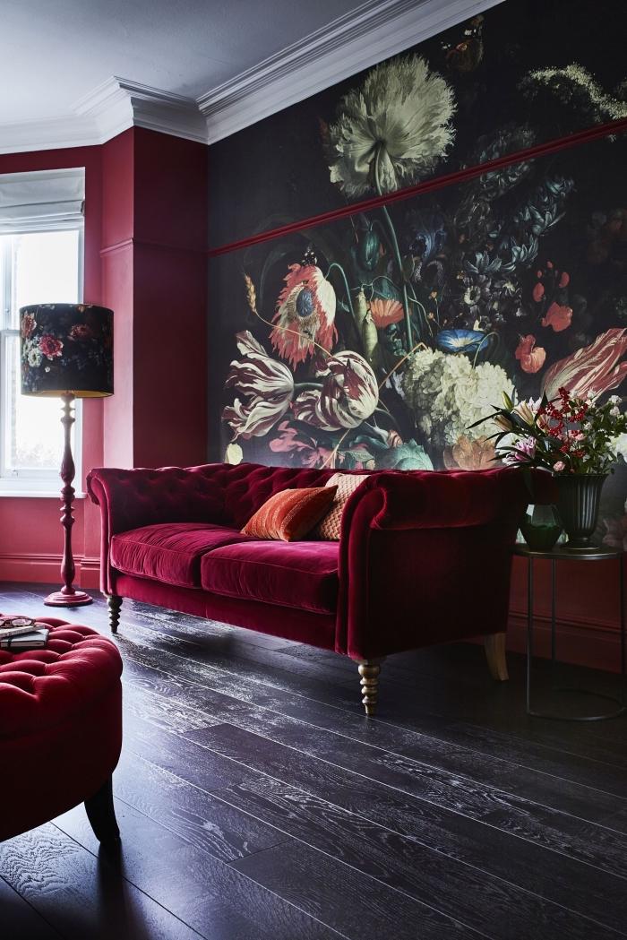 modèle de papier peint noir aux motifs floraux, déco de salon en rouge foncé et noir avec plafond blanc