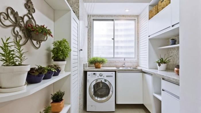 placard de rangement blanc avec étagères pour objets décoratifs et plantes, idée déco intérieur blanc avec carrelage mosaïque beige