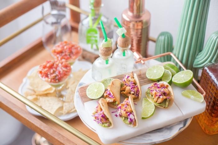 idée repas convivial entre amis, recette mexicaine pour enchilladas au poulet et légumes avec jus de citron vert