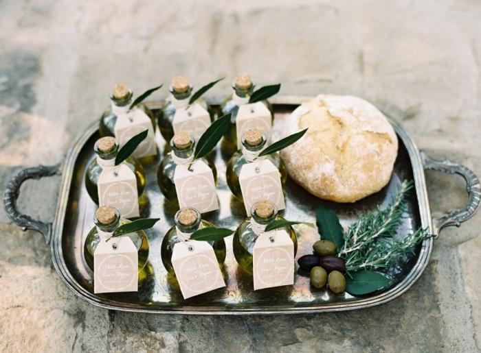 idée cadeau mariage pas cher avec petites bouteilles d'huile décorées d'étiquettes personnalisées et feuilles vertes