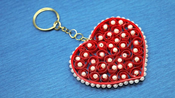 porte clef et pliage papier facile, quilling débutant, desing coeur rouge