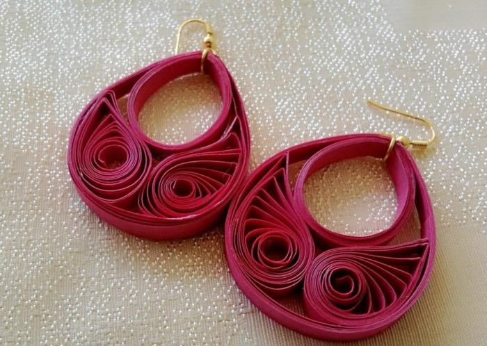 boucles d'oreilles roses, plier du papier et recevoir des formes originales